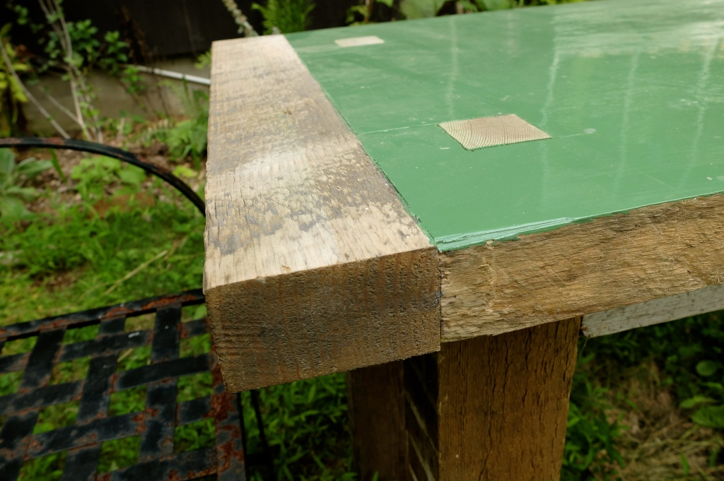 Chunky inside outside table top detail